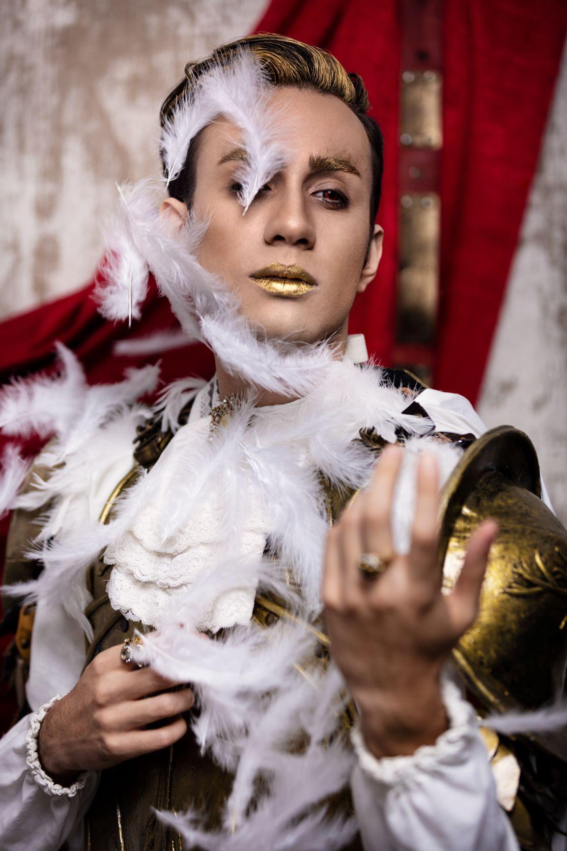 Conte Giulio Maccavino in oro e piume